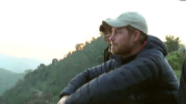 exterior shots hrh prince harry watches the sun rise after spending the night in the himalayan hilltop village of leorani on day four of his visit to... - nepal stock-videos und b-roll-filmmaterial