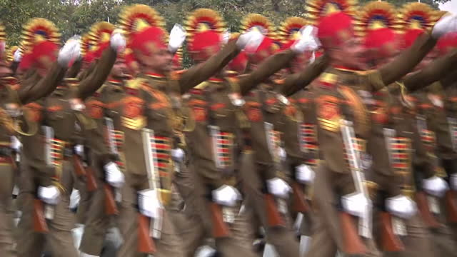 exterior shots indian army central industrial security force marching in republic day parade rehearsal / exterior shots indian army paramilitary... - パレード点の映像素材/bロール