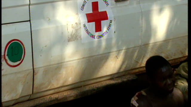 exterior shots injured people lying in red cross medical centre awaiting treatment for injuries caused by rwandan civil war on june 16 1994 in... - völkermord stock-videos und b-roll-filmmaterial