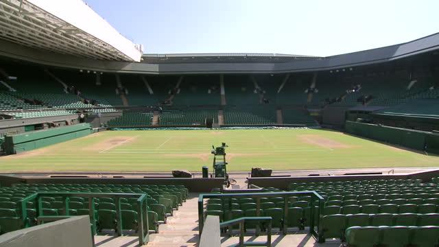 vidéos et rushes de exterior shots inside empty centre court at wimbledon close ups of the grass and the number 77 seat sunny centre court at wimbledon at wimbledon on... - terrain de jeu