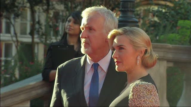 vidéos et rushes de exterior shots james cameron with his wife suzy amis & kate winslett pose for the media on the red carpet at the titanic 3d premier james cameron &... - titanic