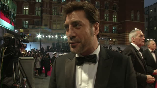 vídeos de stock, filmes e b-roll de exterior shots javier bardem speaks on his role in skyfall working on with daniel craig judy dench javier bardem speaks on his role in sky fall on... - daniel craig ator