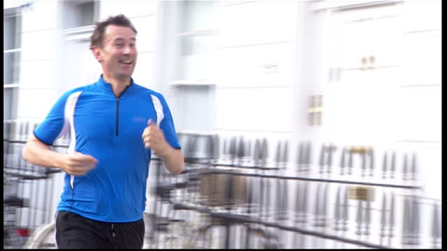 exterior shots jeremy hunt mp new health secretary leaves house to go for morning run and then returns smiles speaks to press jeremy hunt goes... - 政治家 ジェレミー ハント点の映像素材/bロール