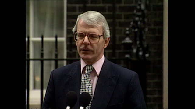 "exterior shots john major prime minister departs number 10 downing street, walks to microphone ""i would like to formally confirm that i have seen her... - premierminister stock-videos und b-roll-filmmaterial"