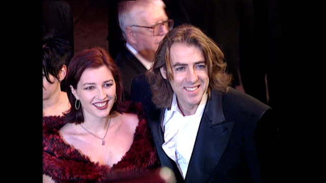 vídeos de stock, filmes e b-roll de exterior shots jonathan ross, television presenter, with his wife jane goldman, screenwriter, on the red carpet for the premiere of goldeneye, the... - jonathan ross