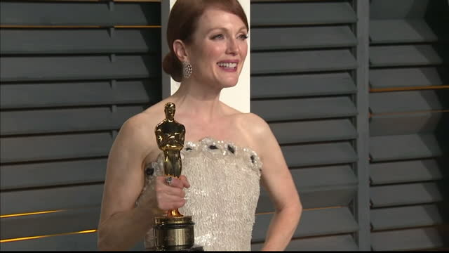 exterior shots julianne moore poses with oscar on february 22 2015 in los angeles california - vanity fair oscar party stock videos & royalty-free footage