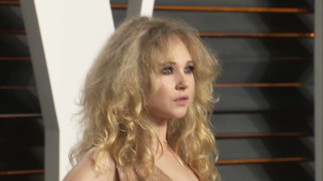vídeos de stock, filmes e b-roll de exterior shots juno temple actress on vanity fair red carpet posing for photographers on february 28 2016 in hollywood california - vanity fair oscar party