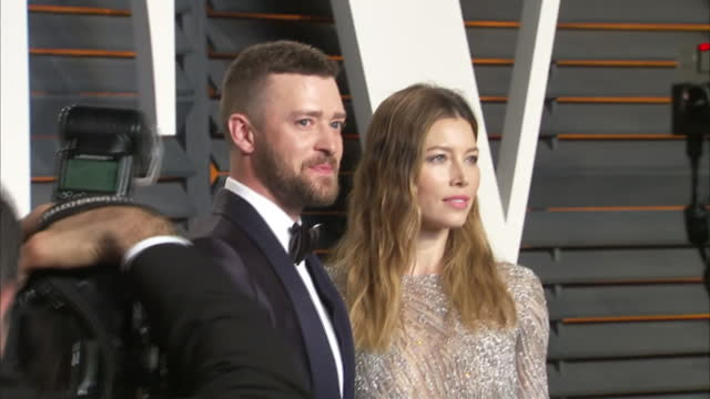 exterior shots justin timberlake and wife jessica biel actress on vanity fair red carpet posing for photographers on february 28 2016 in hollywood... - justin timberlake stock-videos und b-roll-filmmaterial