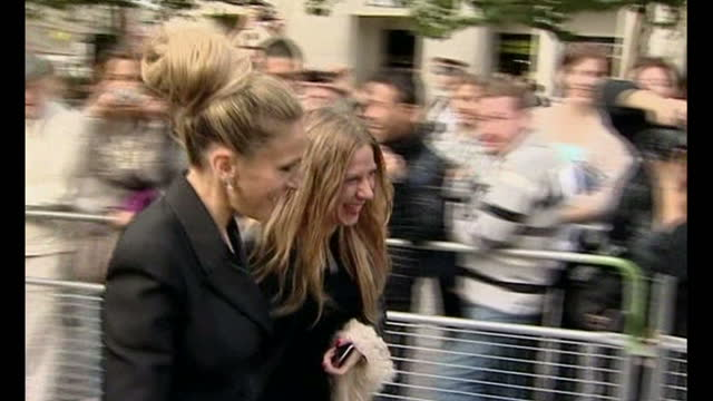 exterior shots kate moss sarah jessica parker naomi campbell stella mccartney anna wintour arrive for the late fashion designer alexander mcqueen's... - stella mccartney marchio di design video stock e b–roll