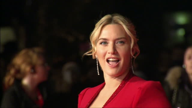 stockvideo's en b-roll-footage met exterior shots kate winslet actress posing for press photographers on the red carpet at the premiere of labor day kate winslet posing on the red... - première