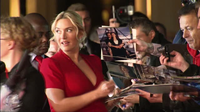 stockvideo's en b-roll-footage met exterior shots kate winslet actress signing autographs on the red carpet at the premiere of labor day kate winslet signing autographs on the red... - première