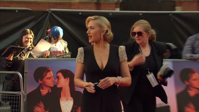 vidéos et rushes de exterior shots kate winslett walks the red carpet at the premier of titanic 3d kate winslett at the titanic 3d premier on march 27, 2012 in london,... - titanic