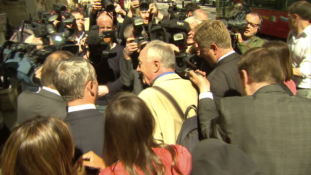exterior shots ken livingstone former labour london mayor surrounded by media asking questions about his comments that 'hitler was a zionist' as he... - 労働党点の映像素材/bロール