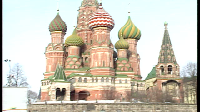 vídeos y material grabado en eventos de stock de exterior shots kremlin palace st basil's cathedral flag of soviet union ussr flag hammer and sickle and star red flag on top of kremlin on february... - plaza roja