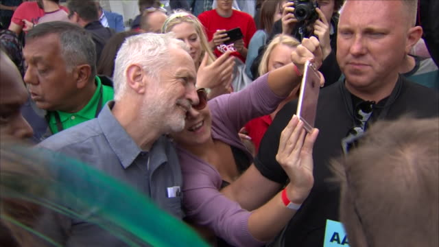 stockvideo's en b-roll-footage met exterior shots labour party leader jeremy corbyn walks through the crowd at labour live fgestival white hart lane tottenham on june 16 2018 in london... - labor partij