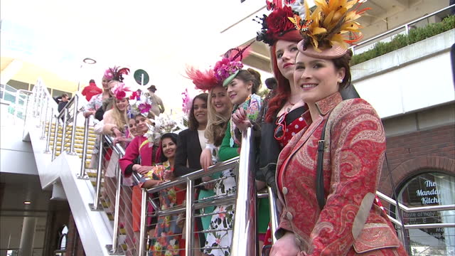 vídeos y material grabado en eventos de stock de exterior shots ladies dressed up wearing hats fascinators posing on for pictures on steps people arriving at cheltenham races on march 16 2016 in... - tocado accesorio de cabeza