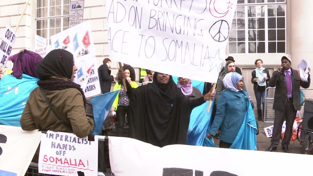 exterior shots large gathering of somali protesters, mainly women demonstrating with large placards & banners in whitehall somalia protests in... - アフリカの角点の映像素材/bロール