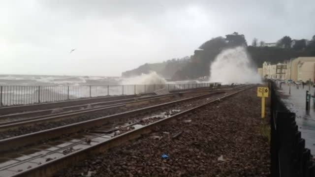 vidéos et rushes de exterior shots large storm waves crashing against the coastal railway line running along seafront. on in devon, england. - érodé