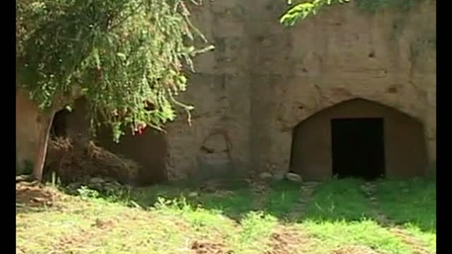 exterior shots man cutting grass near cave exterior shots cave entrance interior shots cave where osama bin laden lived exterior shots local farmers... - 10秒或更長 個影片檔及 b 捲影像