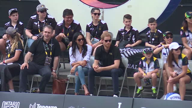 vídeos de stock, filmes e b-roll de exterior shots meghan markle and hrh prince harry attend wheelchair tennis on day 3 of the invictus games toronto 2017 on september 25 2017 in... - 2017