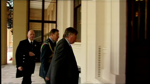 vidéos et rushes de exterior shots members of the new cabinet arrive at buckingham palace william hague kenneth clarke danny alexander nick clegg vince cable theresa may... - eric