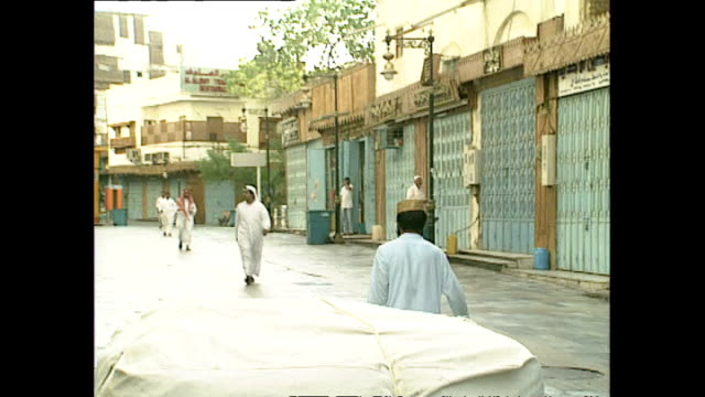 exterior shots men going about daily life in jeddah old city on december 02, 1990 in jeddah, saudi arabia. - jiddah bildbanksvideor och videomaterial från bakom kulisserna
