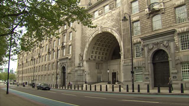 exterior shots mi5 headquarters mi5 hq stockshots on may 25 2013 in london england - イギリス情報局保安部点の映像素材/bロール