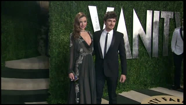 exterior shots miranda kerr and orlando bloom posing for snappers and press vanity fair party arrivals on february 24 2013 in los angeles california - miranda kerr stock videos and b-roll footage