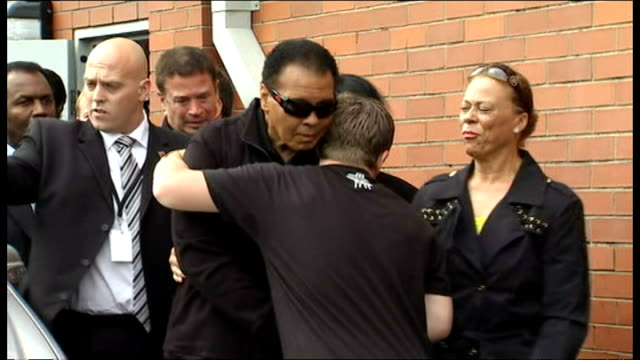 stockvideo's en b-roll-footage met exterior shots muhammad ali greets fans outside ricky hatton's gym with ricky hatton welcoming him in manchester on august 26, 2009 in manchester,... - vrijetijdsfaciliteiten