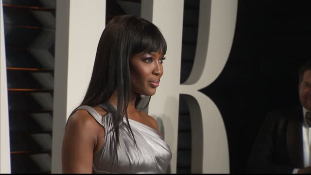 stockvideo's en b-roll-footage met exterior shots naomi campbell model on vanity fair red carpet posing for photographers on february 28 2016 in hollywood california - naomi campbell