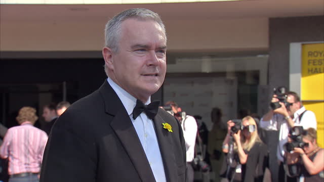 vídeos y material grabado en eventos de stock de exterior shots newsreader huw edwards posing on red carpet at arqiva british academy televion awards 2012. huw edwards at tv baftas at royal festival... - huw edwards