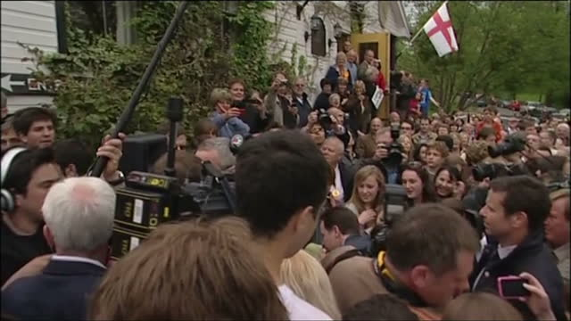 vidéos et rushes de exterior shots nick clegg campaigns in malvern surrounded by supporters on april 01 2010 in london england - entourer