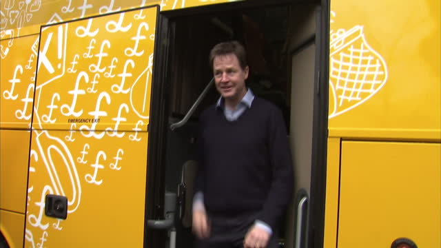 exterior shots nick clegg liberal democrat leader waves as he steps off of lib dem yellow election bus on march 29 2015 in abingdon united kingdom - ニック クレッグ点の映像素材/bロール