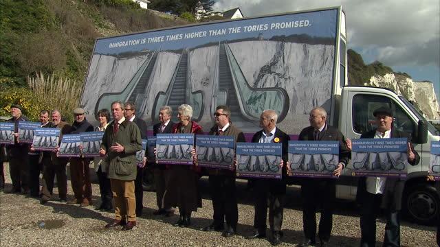vidéos et rushes de exterior shots nigel farage, ukip leader unveils ukip immigration campaign poster in front of the white cliffs of dover. poster shows three... - affiche