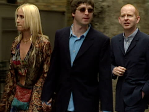 exterior shots noel gallagher and meg matthews arrive cool britannia arrivals at 10 downing street on july 30 1997 in london england - downing street stock-videos und b-roll-filmmaterial