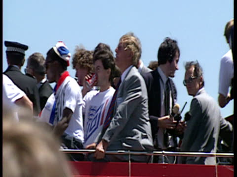 vídeos y material grabado en eventos de stock de exterior shots of 1990 england world cup squad in homecoming parade on open top bus amongst crowds of cheering fans including paul gascoigne david... - vuelta a casa