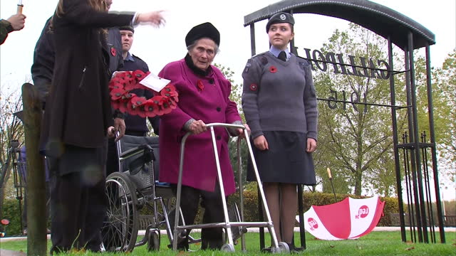 stockvideo's en b-roll-footage met exterior shots of 93 yearold dorothy ellis the last surviving world war i widow laying a wreath with the help of airforce and army cadets at the... - weduwe
