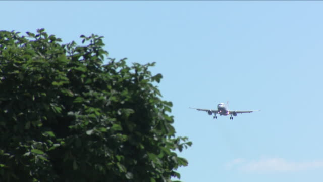 exterior shots of a british airways plane landing at heathrow airport on a sunny day on 25 june 2018 in london, united kingdom - 国境点の映像素材/bロール
