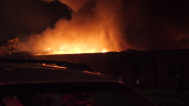 vídeos y material grabado en eventos de stock de exterior shots of a building on fire and police at the scene during the black lives matter protests on 8 june 2020 in minnesota, united states. - incendios provocados