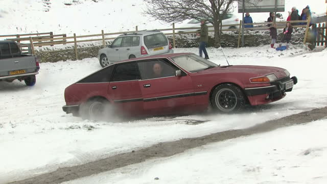 exterior shots of a car skidding on ice as scow covers landscape on 10th december 2017 castleton england - 横滑り点の映像素材/bロール