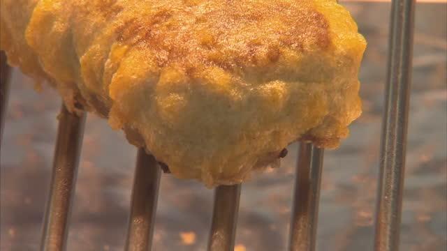 vídeos y material grabado en eventos de stock de exterior shots of a chef in a fish and chip shop deep frying a mars bar. on october 20, 2013 in stonehaven, scotland. - freír mediante inmersión total en aceite caliente