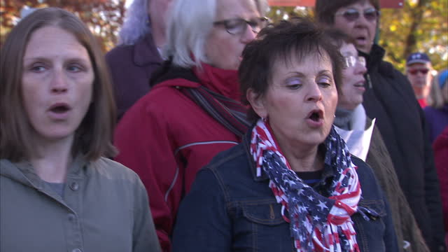 vidéos et rushes de exterior shots of a choir singing the us national anthem, the 'star spangled banner' on november 07, 2016 in johnstown, pa. - être célèbre