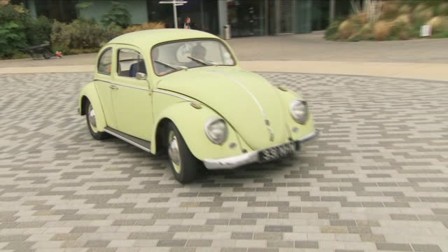 vidéos et rushes de exterior shots of a classic volkswagen beetle being driven around the sky campus on 14 september 2018 in osterley united kingdom - coccinelle