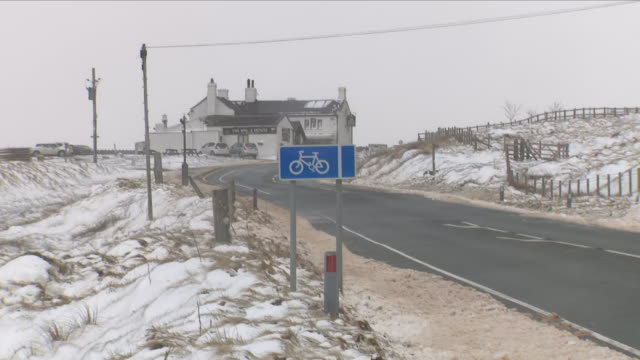 vídeos y material grabado en eventos de stock de exterior shots of a country road showing a cycle route surrounded by snow in littleborough on 18th march 2018 in rochdale greater manchester united... - rochdale inglaterra