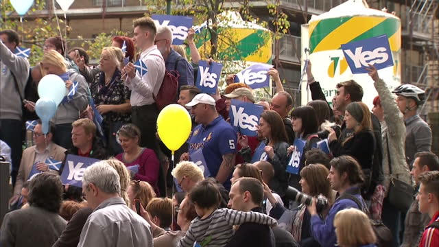exterior shots of a crowd of supporters of the vote yes campaign at a rally on september 8, 2104 in glasgow, scotland. - 2014 stock-videos und b-roll-filmmaterial