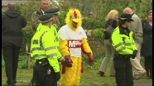 exterior shots of a daily mirror employee dressed in a novelty chicken costume outside a polling station in witney oxfordshire david cameron's... - collegio elettorale video stock e b–roll