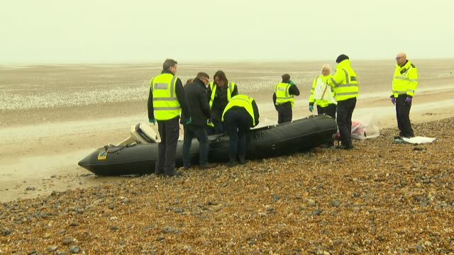 exterior shots of a dinghy used by migrants to enter the uk on a beach being inspected by border force officers on 31 december 2018 in dover united... - ärmelkanal stock-videos und b-roll-filmmaterial