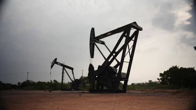 vídeos y material grabado en eventos de stock de exterior shots of a disused oilfield in the maracaibo oil basin with static unused nodding donkeys and rusting oil pipes on 26 march 2019 in... - hispanoamérica