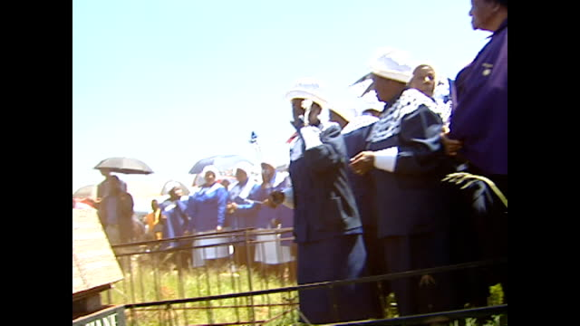 exterior shots of a funeral service taking place in a soweto cemetery on january 30, 2004 in soweto, south africa. on january 30, 2004 in soweto,... - retrovirus video stock e b–roll