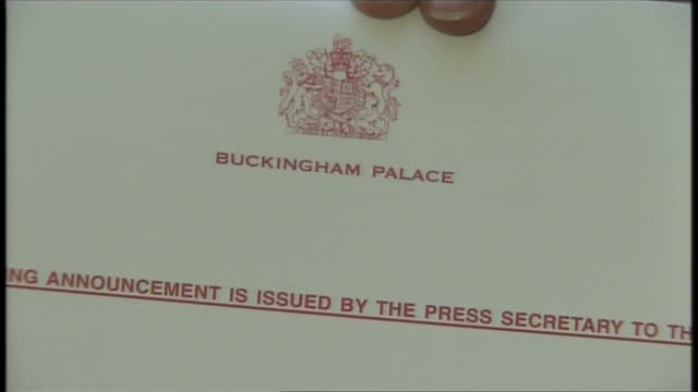 exterior shots of a hand holding the queen's appointment letter to david cameron on may 11, 2010 in london, england. - 2010 個影片檔及 b 捲影像